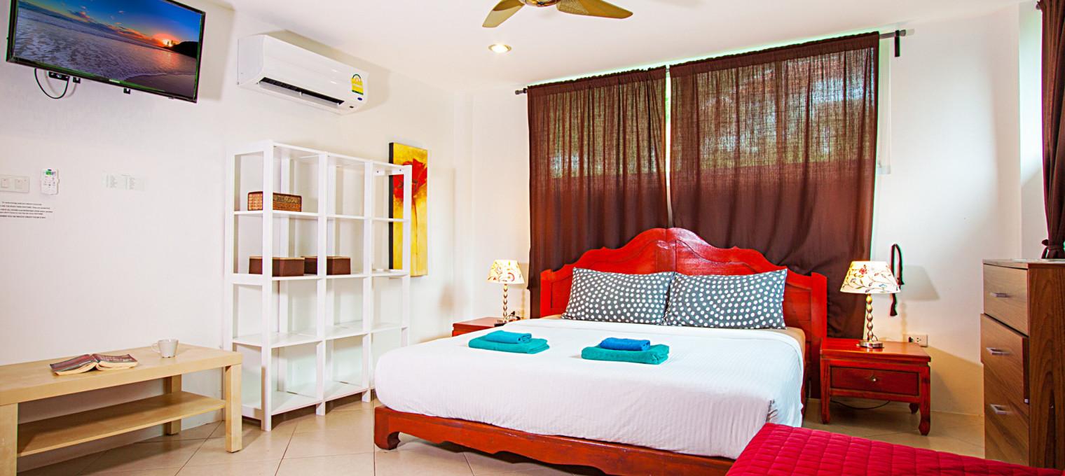Трёхэтажная вилла с 7-ю спальнями, бассейном и видом на море в бухте Камала KM0008