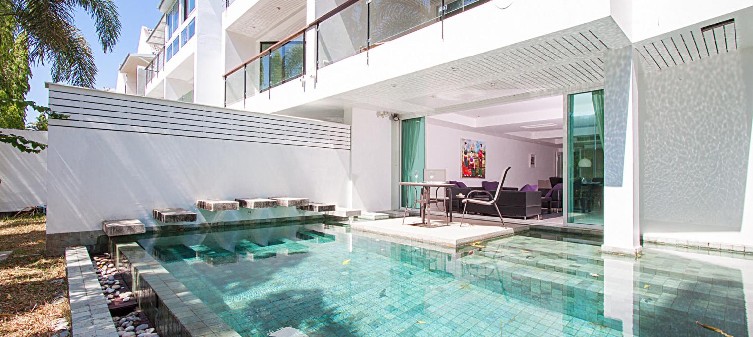 Элегантная трёхэтажная вилла с 3-мя основными спальнями и одной дополнительной в аренду на Кату KTH0004